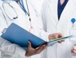 dottori consultano cartella clinica