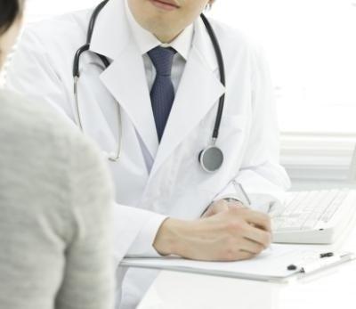 dottore riceve paziente