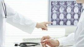 dottore illustra radiografia