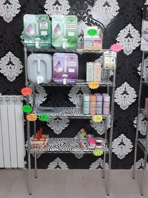 uno scaffale con dei prodotti per lavaggio biancheria