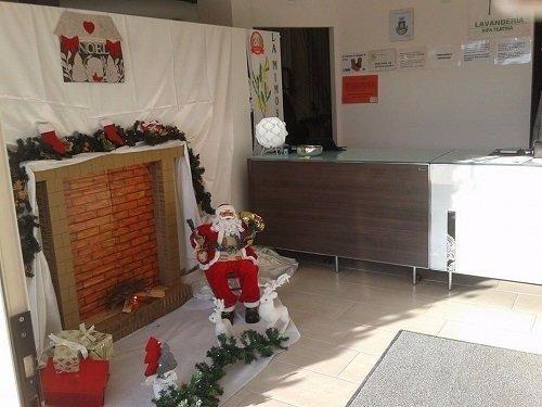 un bancone da reception con decorazioni natalizie