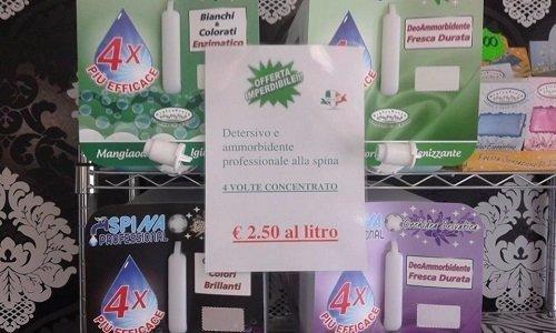 dei prodotti per lavatrice e un depliant con scritti 2.5 euro al litro