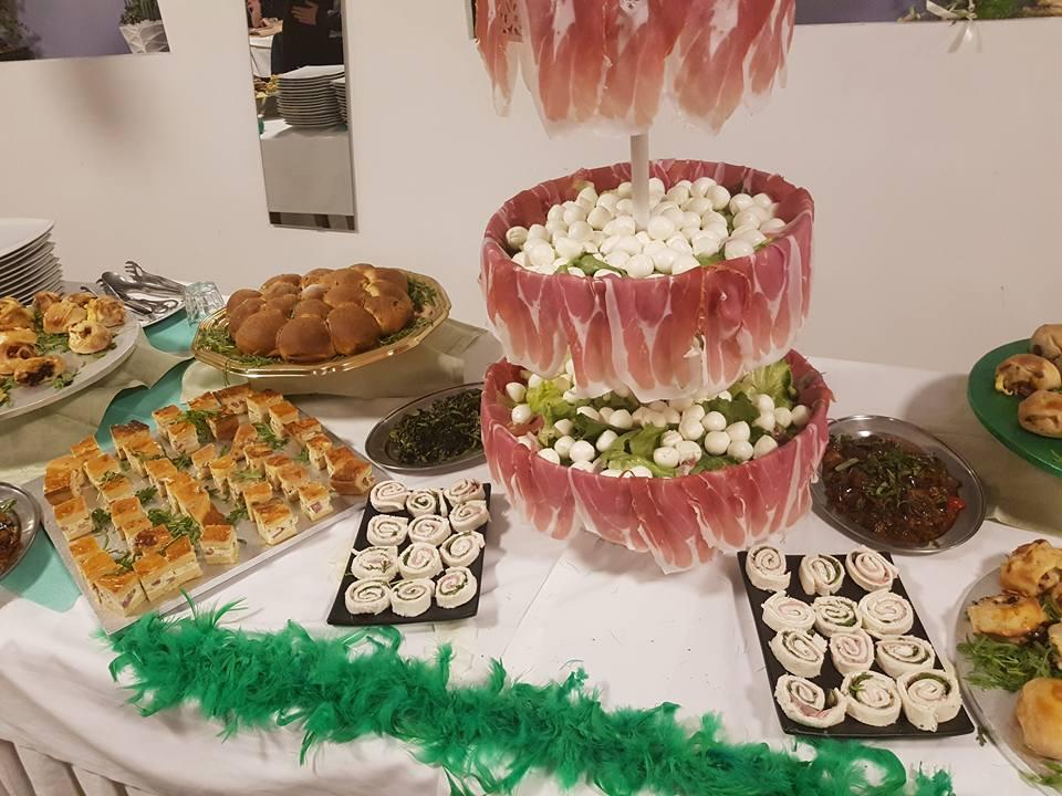 un buffet di salumi,formaggi e altre specialità