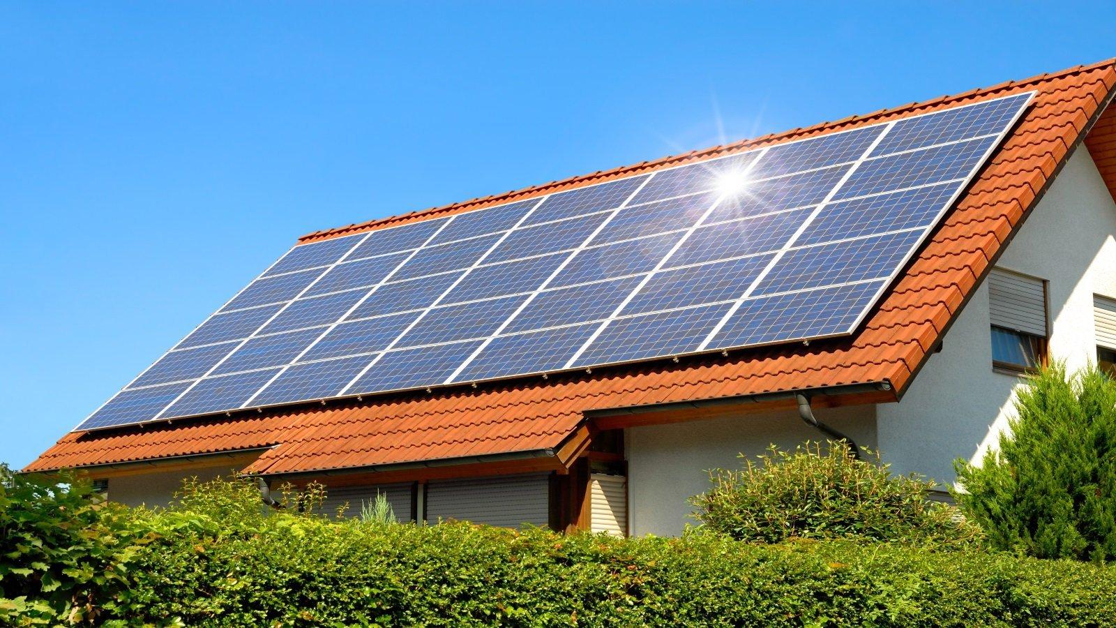 pannelli solari su un tetto di una villa