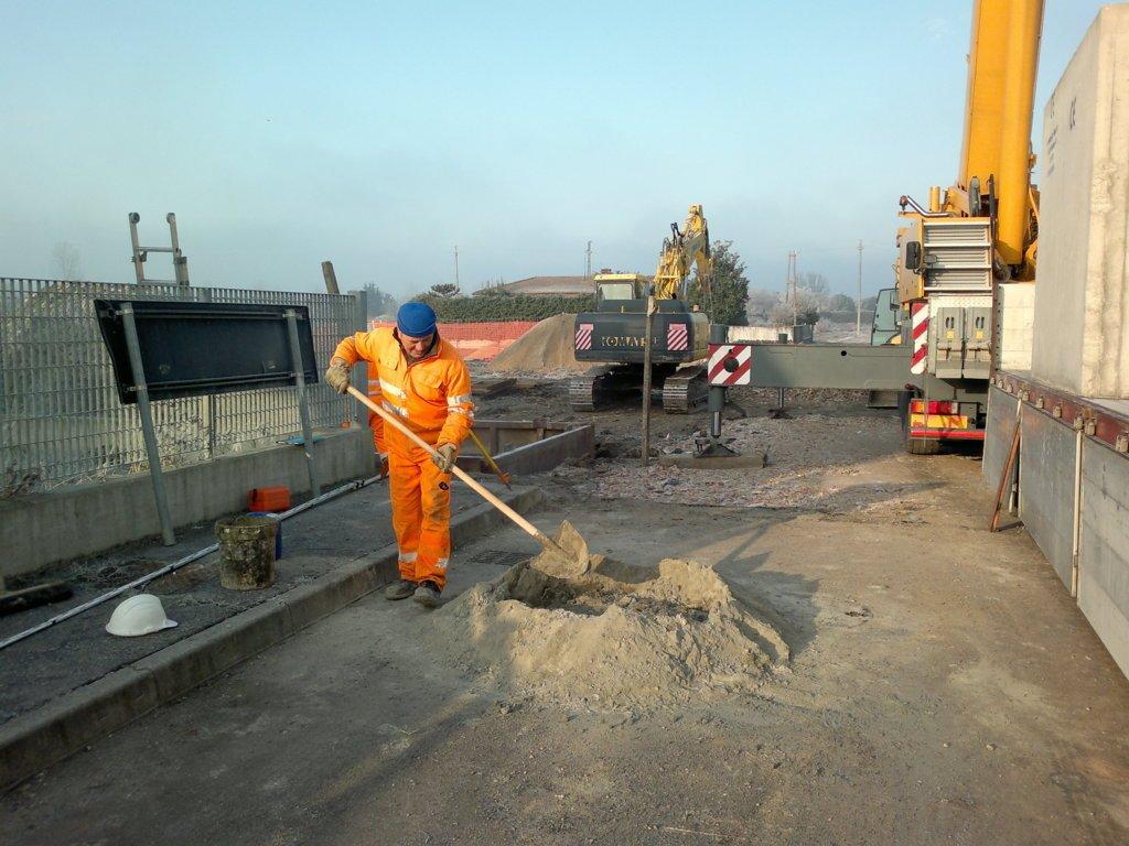 Persona vestita di arancione mentre scava