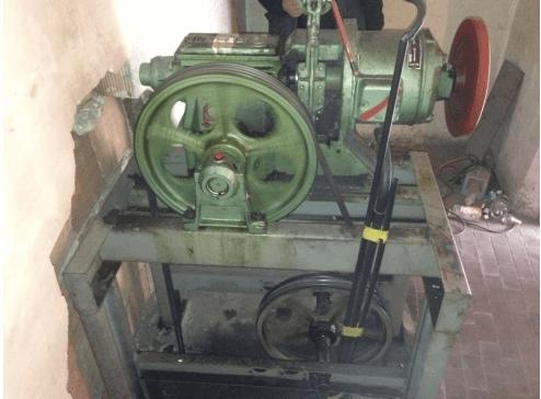 vecchio argano ascensore