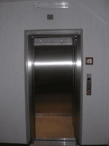 ascensore in metallo
