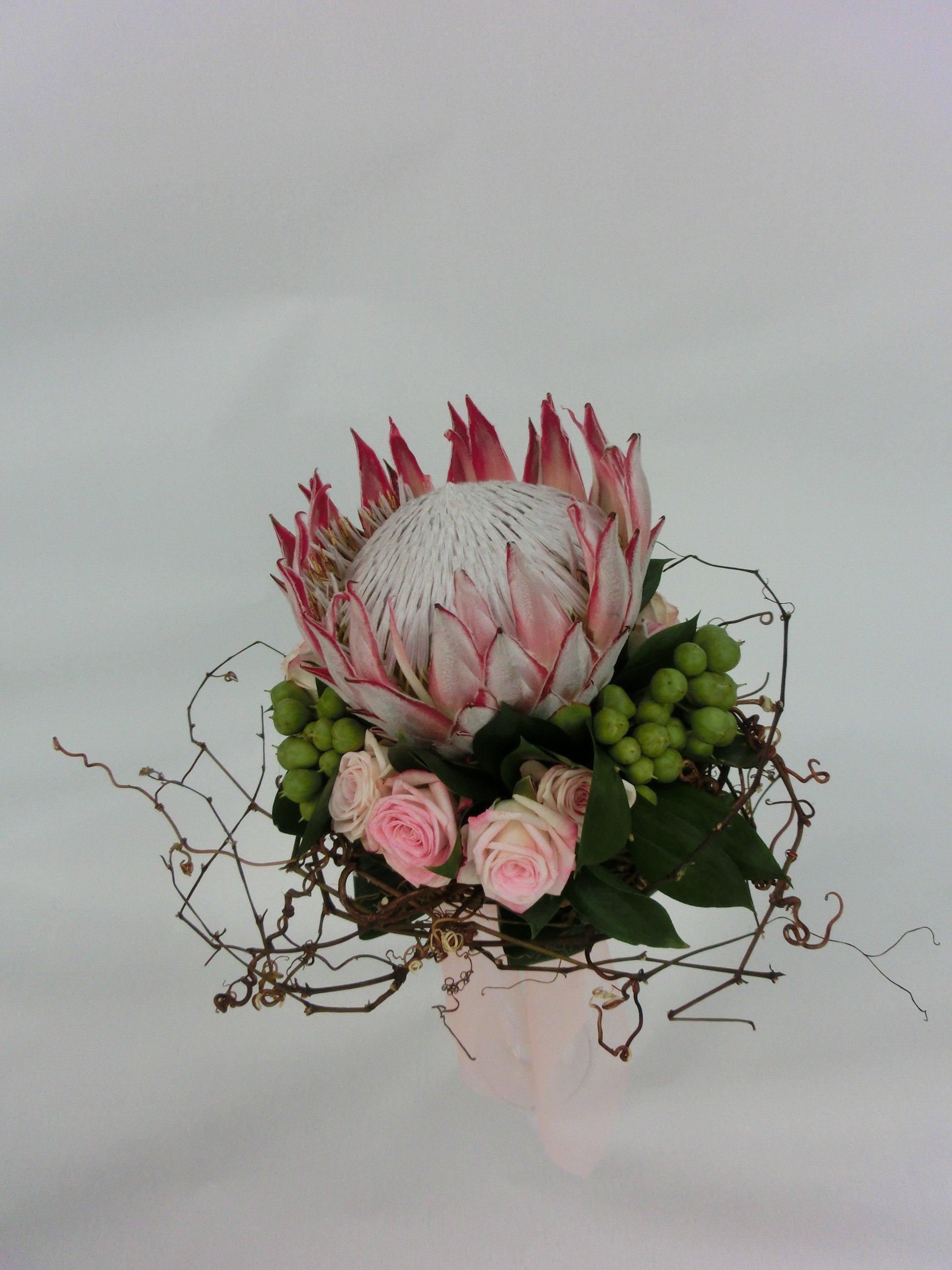 bouquet protea roselline rosa e hypericum verde
