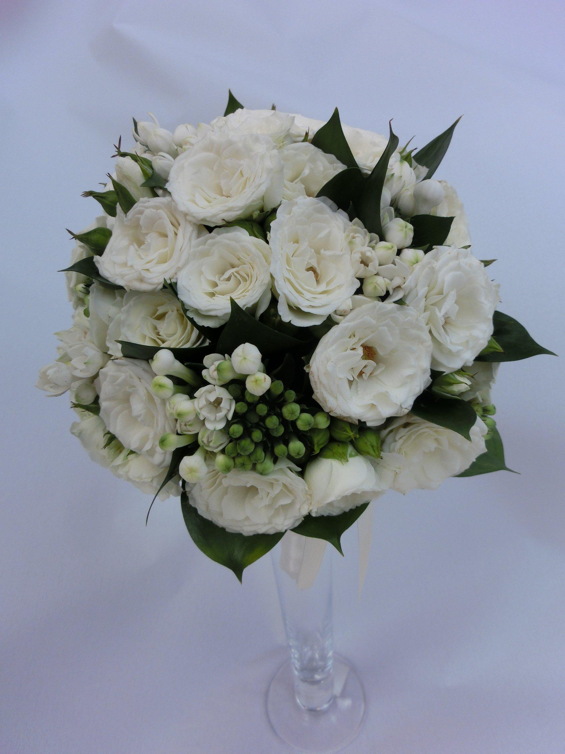 bouquet roselline ramificate e bouvardia bianca