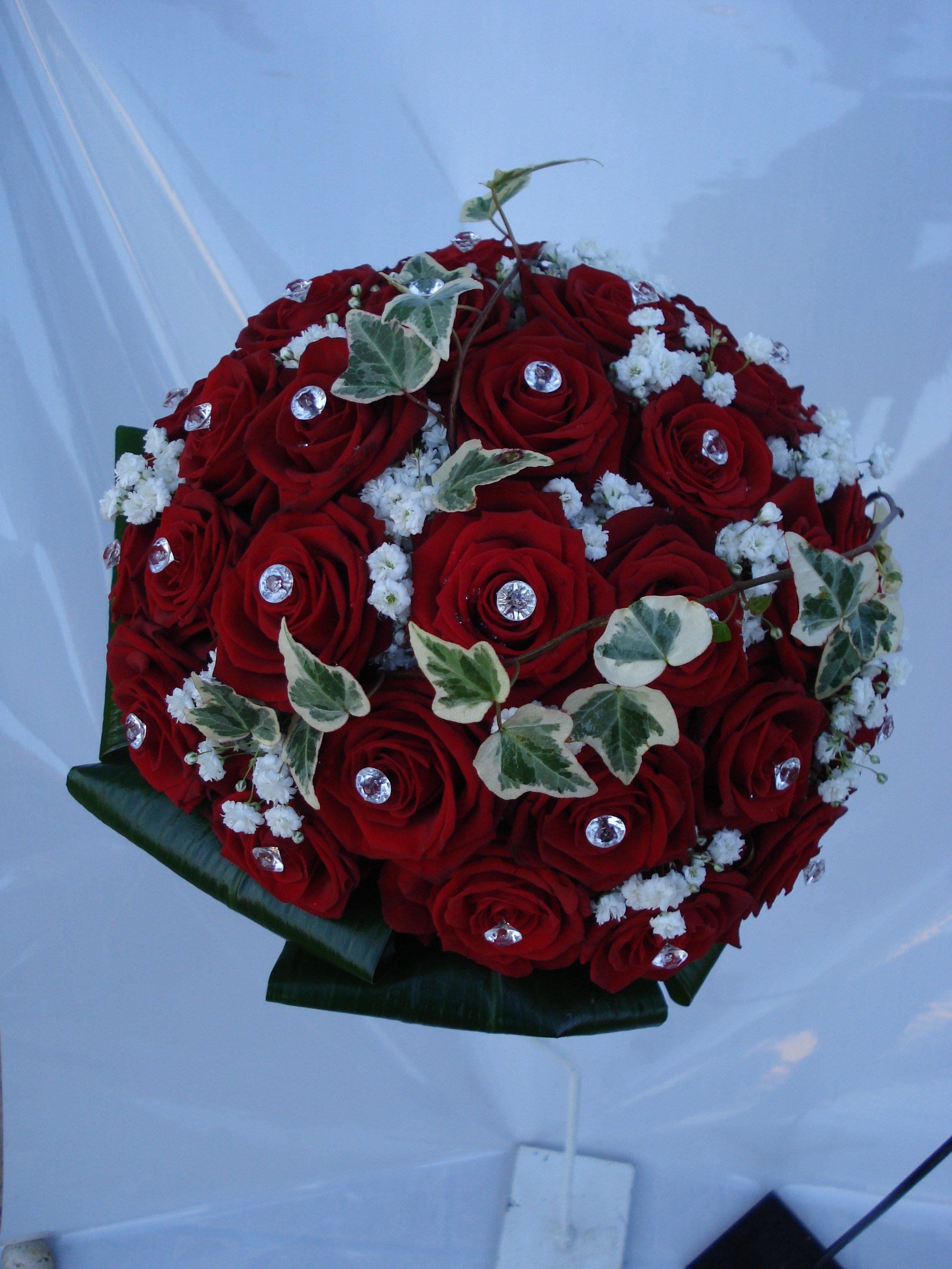 bouquet rose rosse gipsofila e edera