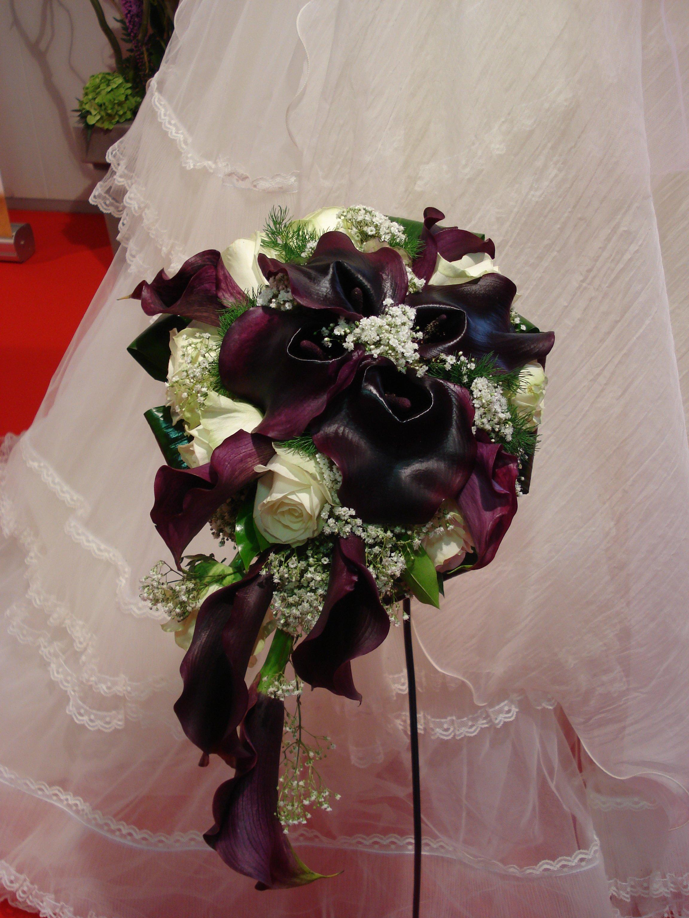 bouquet calle nere rose bianche e gipsofila