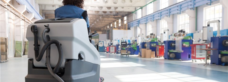macchinario per pulizie industriali con operatore a bordo