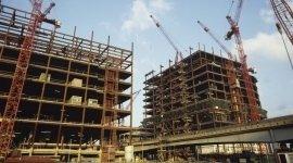 palazzi in costruzione, gru, pilastri