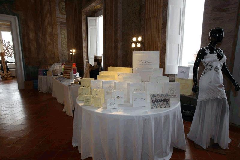 tavoli apparecchiati in bianco per una cerimonia