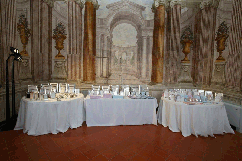 arredamento e tavoli apparecchiati per un evento di lusso