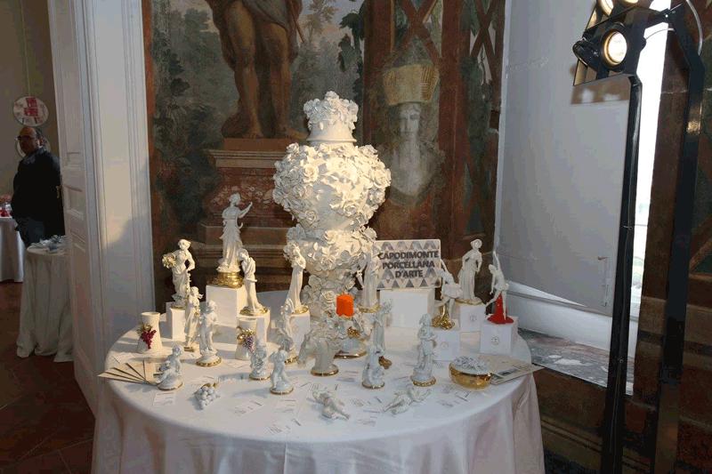 tavolo apparecchiato per una festa elegante