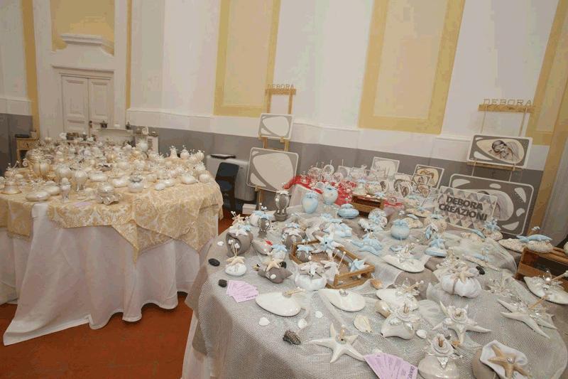 vista interna di un evento con tavoli apparecchiati