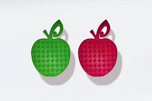 Due oggetti a forma di mela di color rosa e verde