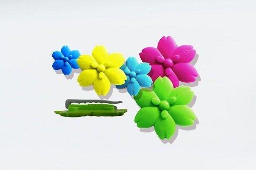 Degli oggetti a forma di fiore di diversi colori