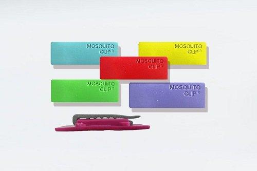 Dei piccoli oggetti rettangolari di diversi colori con scritto Mosquito clip