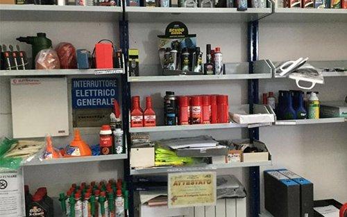 vista frontale di una scaffale con prodotti e ricambi per auto