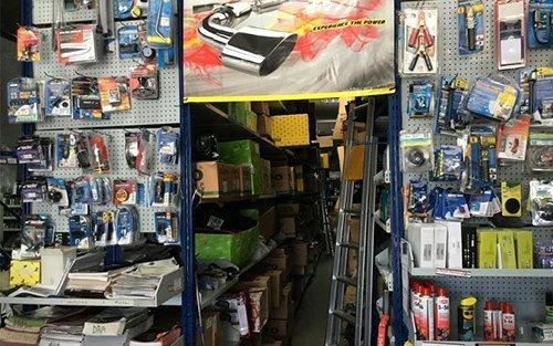 vista interna di negozio con accessori auto