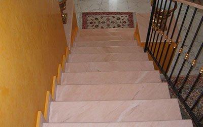Scale di marmo rosa