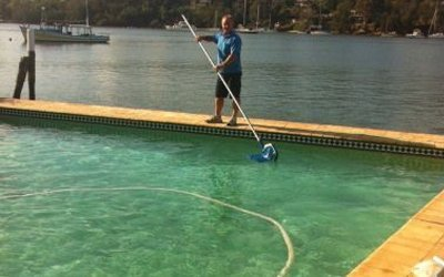 expert-cleaning-swimming-pool