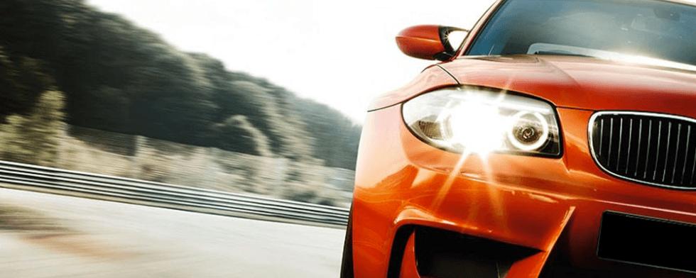 fanale di un  auto arancione su strada