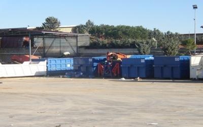 dei container con dei rifiuti in una discarica