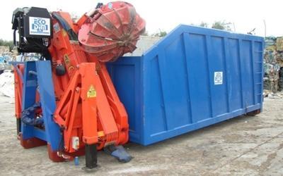un container e accanto un macchinario