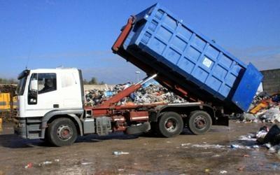 un camion che sta scaricando dei rifiuti