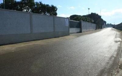 una strada e sulla sinistra un muro