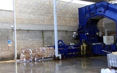 delle scatole e altri macchinari in una discarica