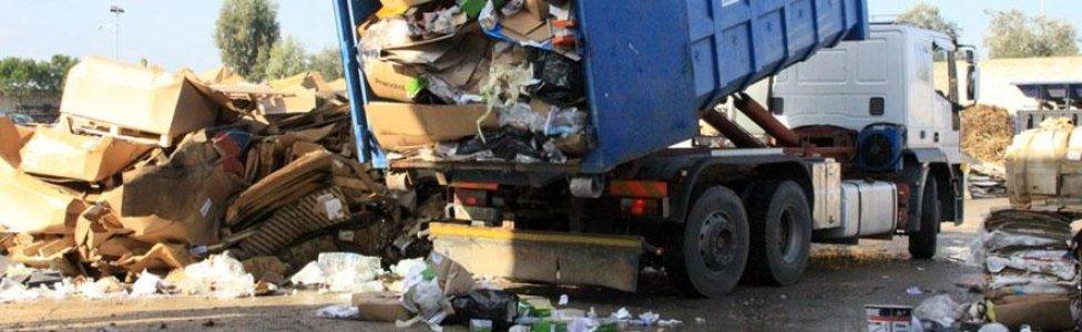 un camion che scarica dei rifiuti