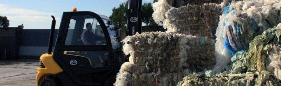 un muletto vicino a dei rifiuti di lana