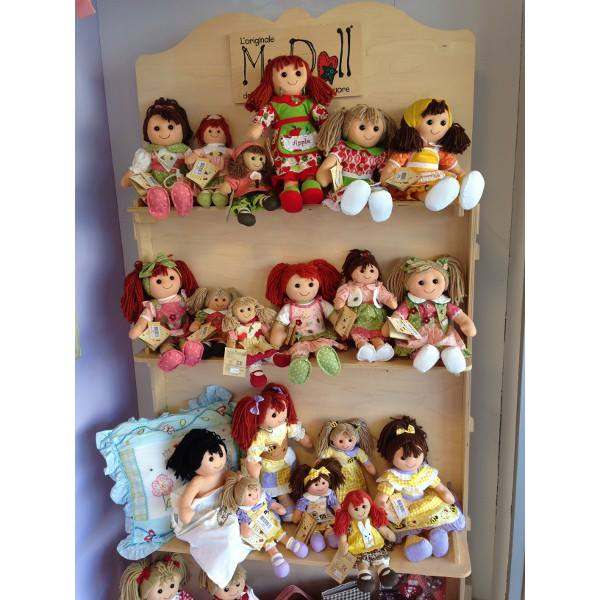 delle bambole su delle mensole