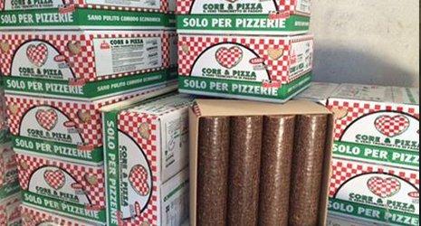 Delle scatole con scritto solo per pizzerie a scacchi bianchi e rossi e verdi