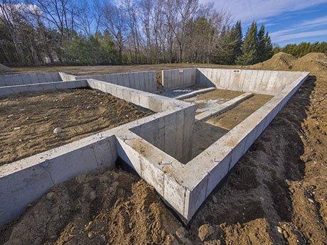 uno scavo con dei bordi in cemento
