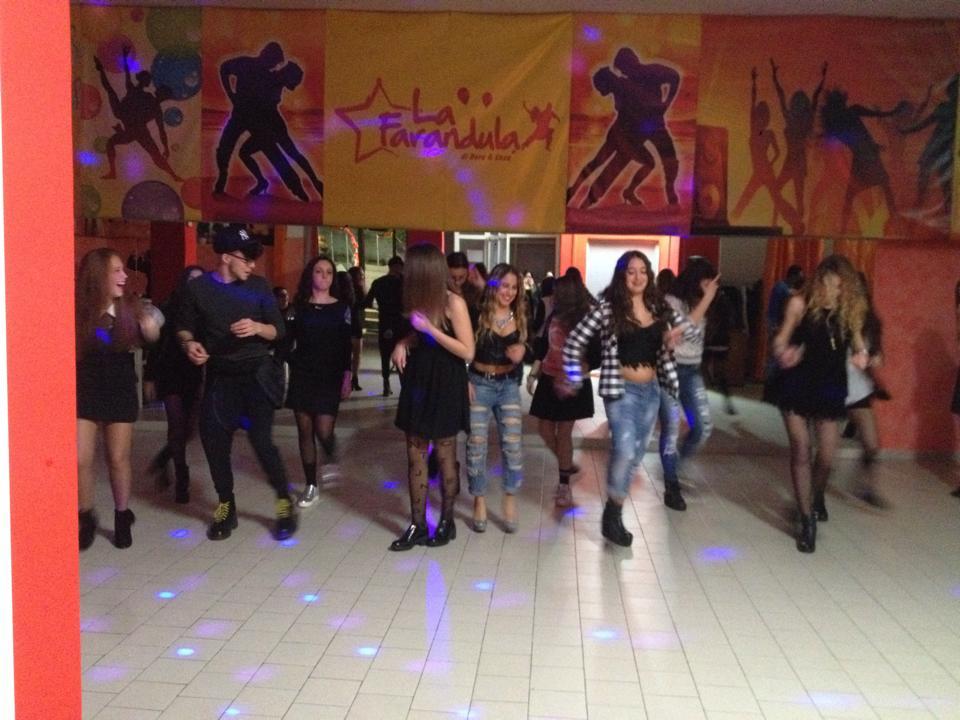 Dei ragazzi mentre ballano