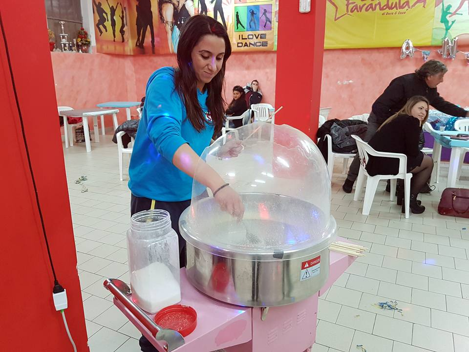 una ragazza che prepara dello zucchero filato