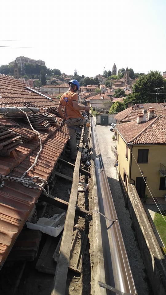 addetto durante una impermeabilizzazione al tetto