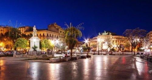 una piazza di una cittadina illuminata