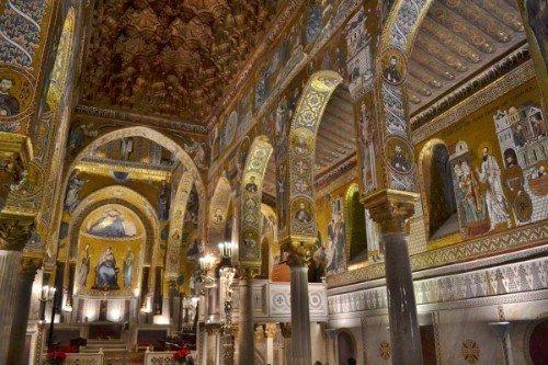 interno di una chiesa antica