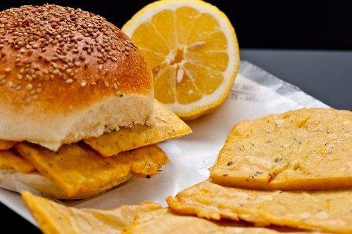 un hamburger e una fetta di limone accanto