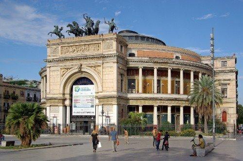 un monumento in una piazza