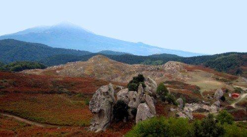 delle rocce e vista delle colline