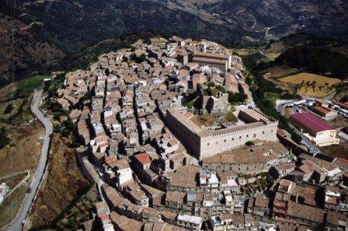 vista dall'alto di una città antica e delle colline