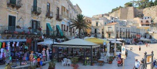 una piazza di una cittadina turistica con dei negozi e dei ristoranti