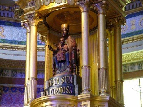 due statue sotto un monumento con delle colonne